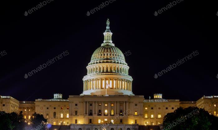 Capitolio el edificio de los Estados Unidos con la cúpula iluminada por la noche los lados de la Cámara del Senado de la