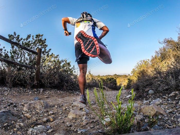 Ein Trailrunner, der bergab läuft.