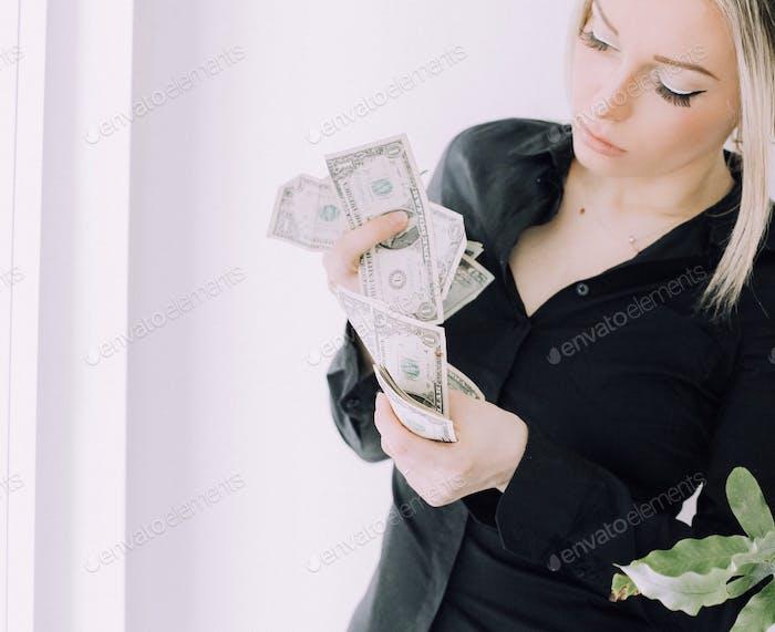 Frau Zählen Geld