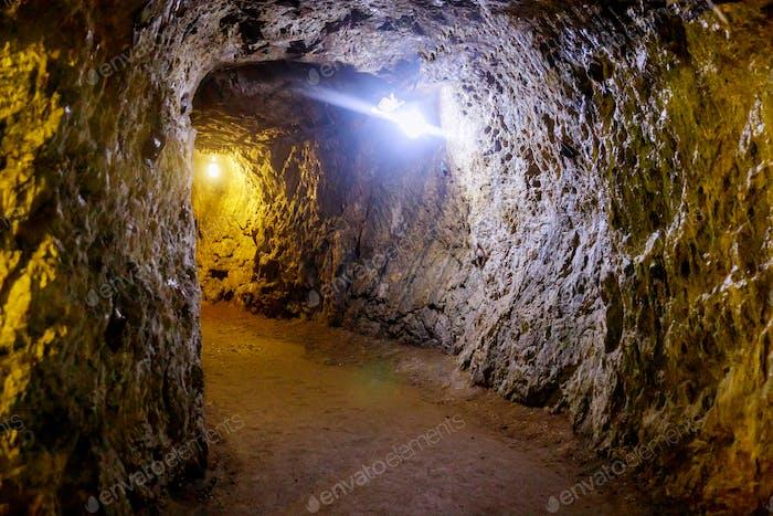 Paso subterráneo de la mina con luz en la industria minera de túneles