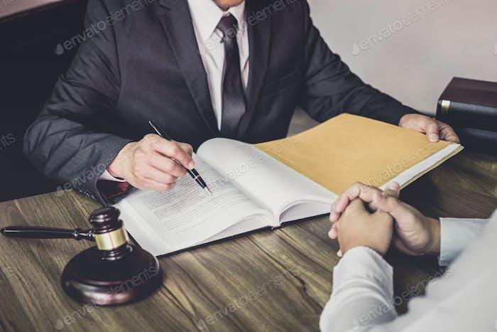 Hombre de negocios y abogado masculino o juez consultar teniendo reunión de equipo con el cliente
