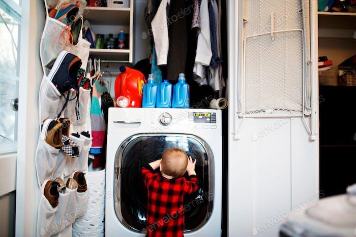 niño mirando en la lavadora