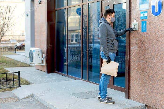 Courier liefert Paket an die Tür.