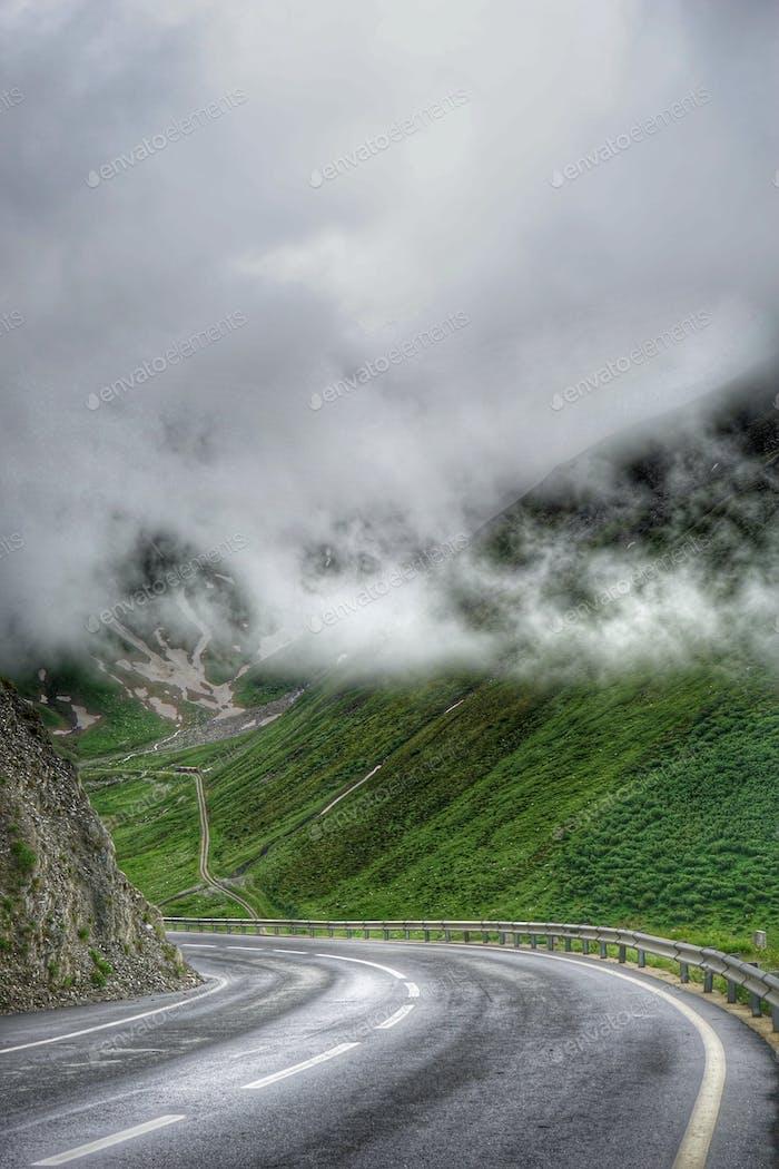 In die Wolken in den Alpen