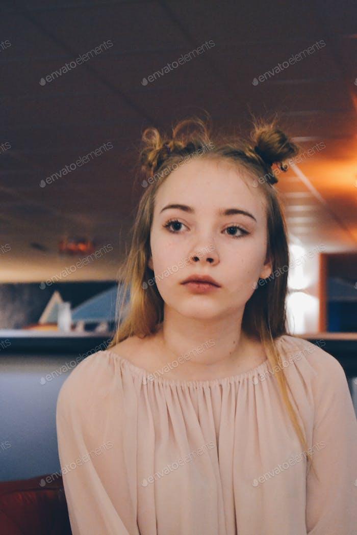 Ernstes Mädchen