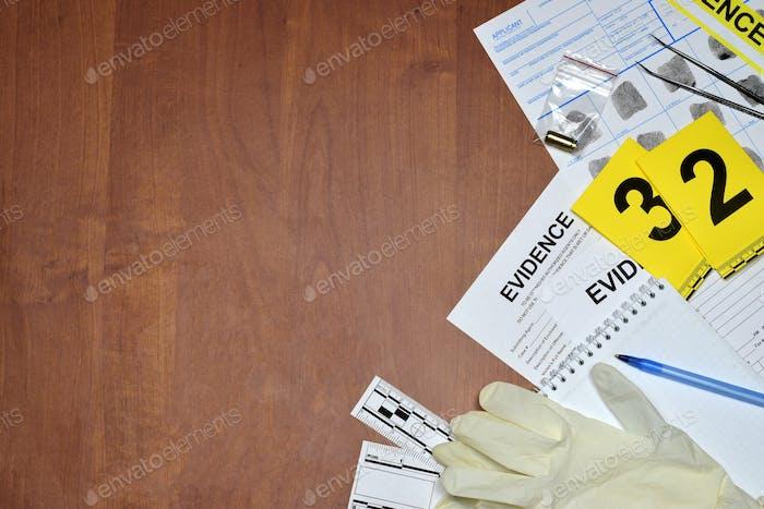 Papierkram während der Untersuchung des Tatorts im CSI-Labor