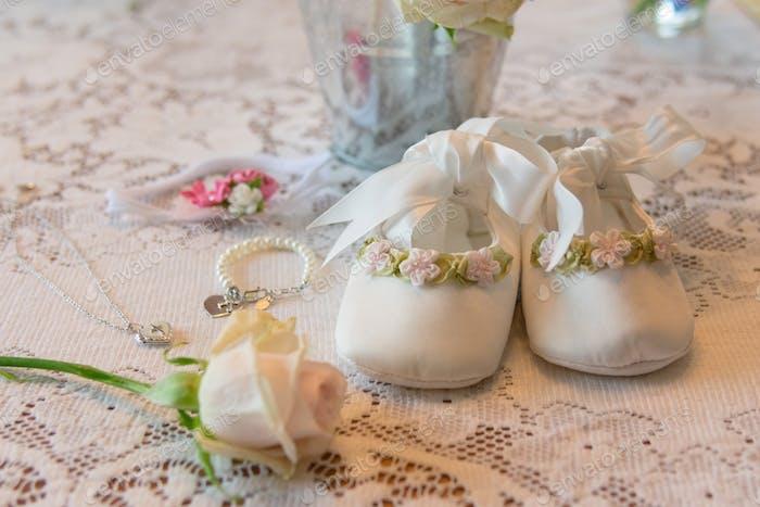 Babys Taufartikel auf Spitzentischdecke