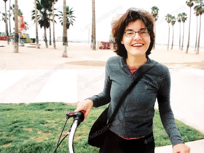 Persona feliz montando una bicicleta