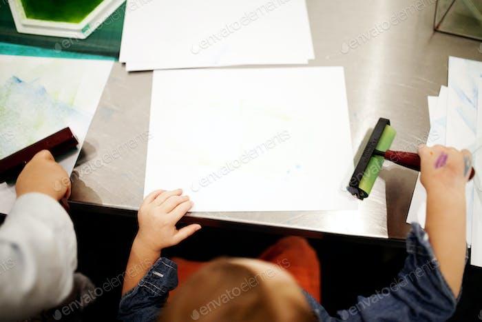 Kinder tun Kunst und Handwerk