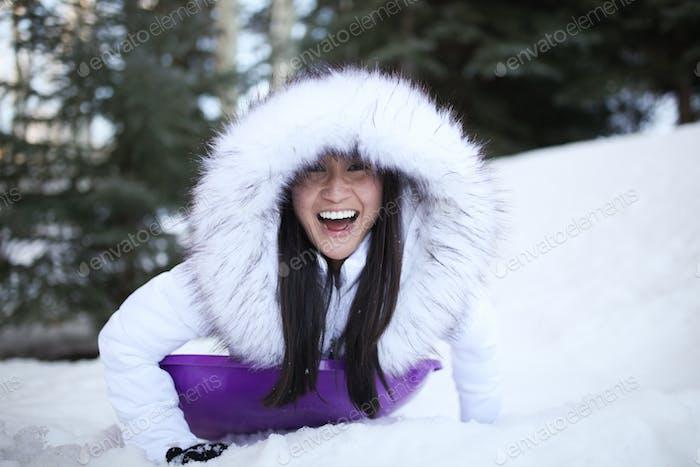 Happy Weibchen spielen im Schnee