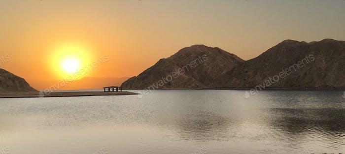 Holly ägyptischer Sonnenaufgang durch die Redasea-Berge in der Fiord-Bucht im Sinai NOMINATED