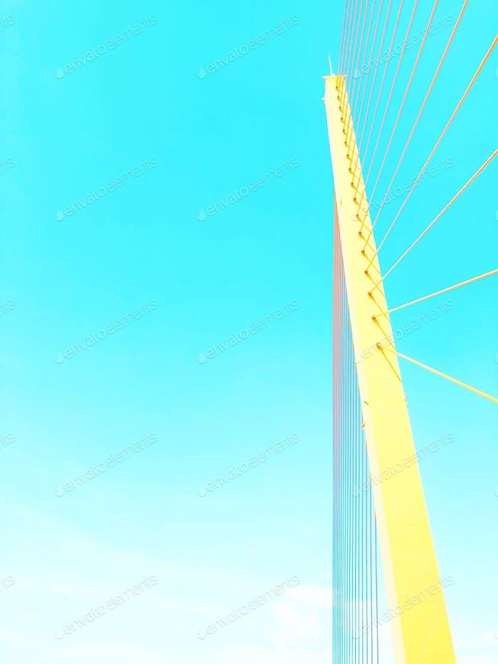 Gelbe Brücke gegen den blauen Himmel