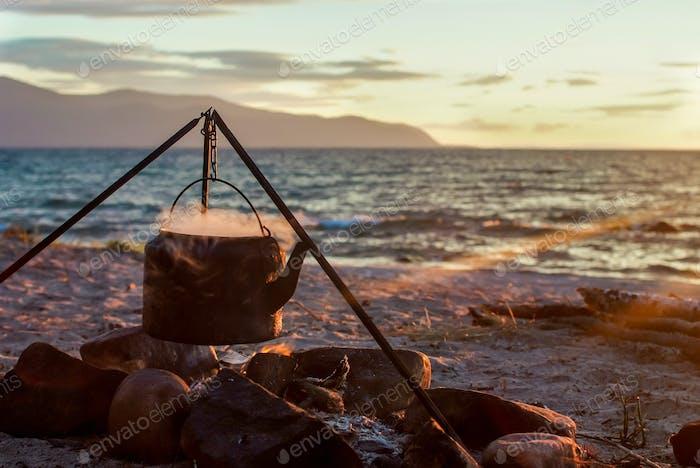 Wasserkocher auf dem Lagerfeuer am See