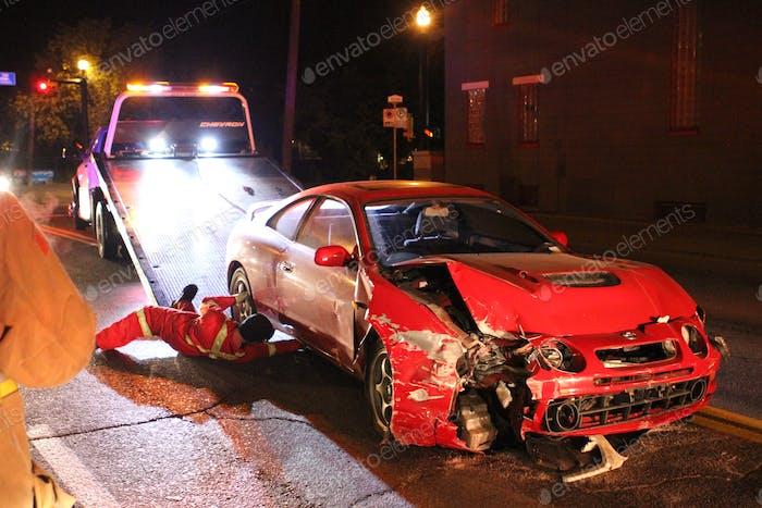 Un coche destrozado se carga en una grúa después de chocar a través de una pared de ladrillo en la 17ª Ave SW