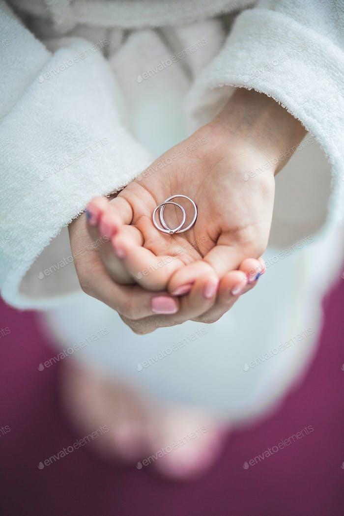 Verlobungsring auf einer Hand