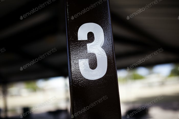 Nummer drei geschrieben im Pavillon Post im Park