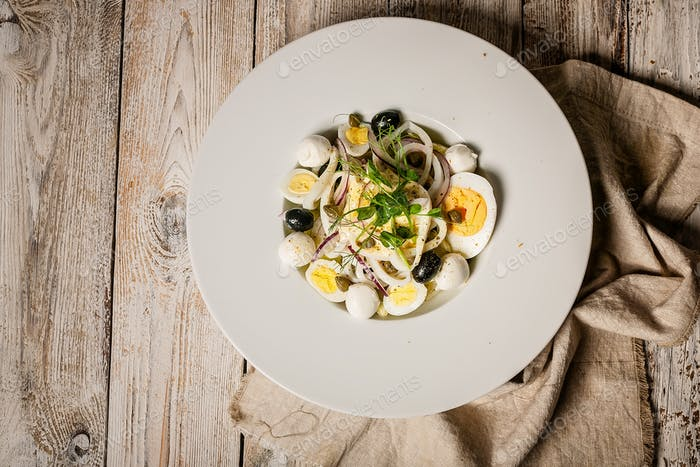Draufsicht Salat mit Tintenfischringen, roten Zwiebeln