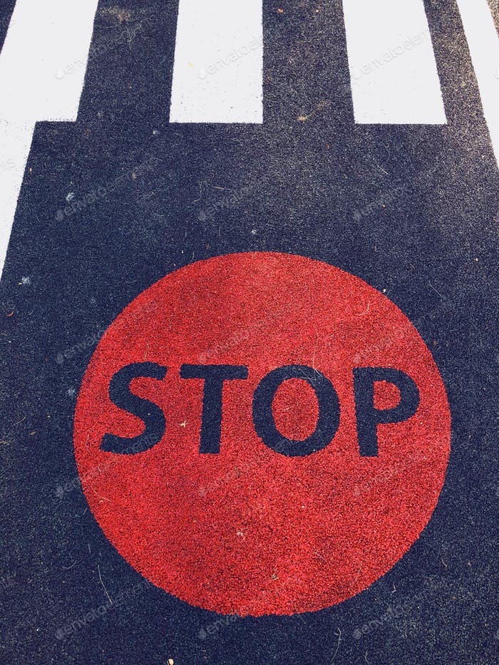 Señal de stop en el pavimento