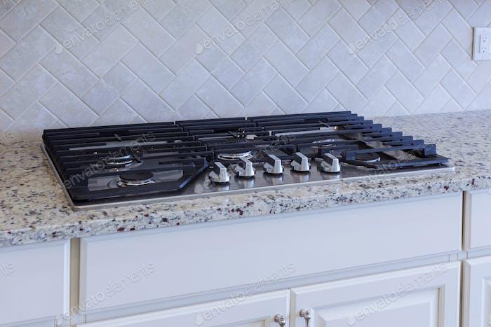 Instalación de nueva placa de inducción en la cocina moderna Mejora del hogar Cocina remodelar gusano