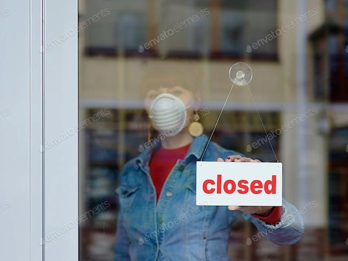 mujer en tienda cerrada con máscara - su texto cerrado