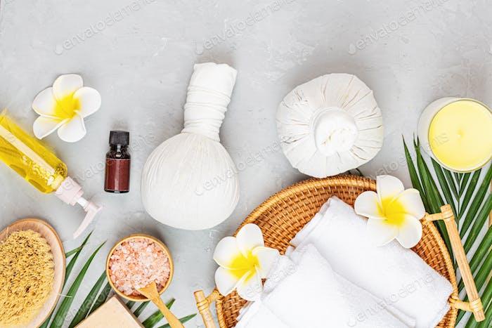 Flache Kräutertüten für Thai-Massagen, Öl, Kerzen, Meersalz, Handtücher. Mockup für Spa-Salon