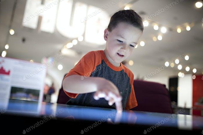 Kinder spielen auf einem riesigen Touchscreen