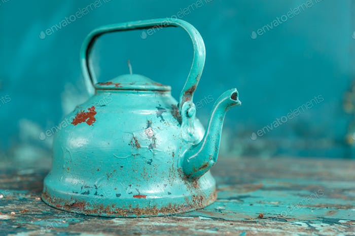 Rustikaler alter türkiser Wasserkocher