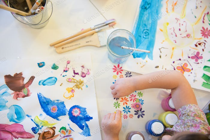 Ein junges Mädchen macht zu Hause Kunsthandwerk