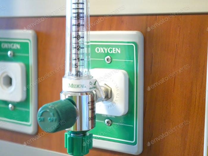 Nahaufnahme eines medizinischen Sauerstoffgasventils in einem Krankenhauszimmer.