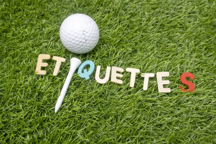 Etikette Wort auf grünem Gras mit Golfball