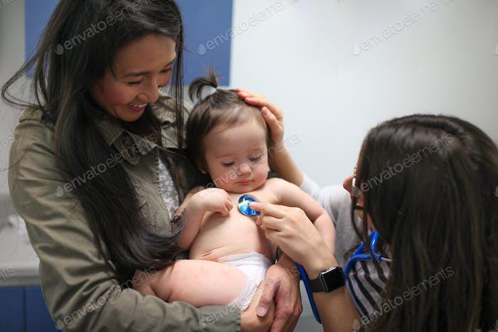 Mutter und Baby bei Kinderarzt Termin