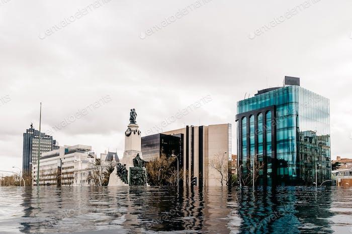 Verheerende Auswirkungen einer hypothetischen Wasserflut in Madrid aufgrund der Auswirkungen der globalen Erwärmung