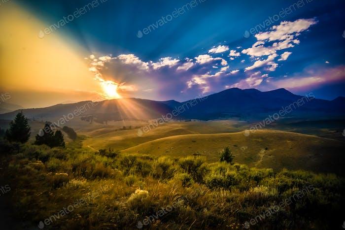 Puesta de sol sobre las montañas de Montana.