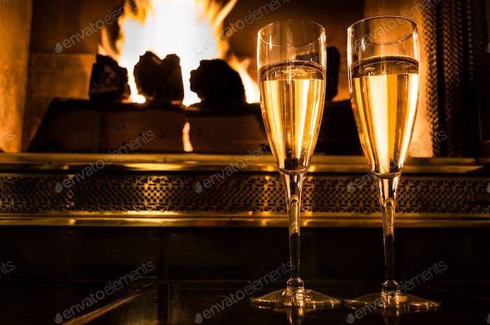 Champagnerfeier vor dem Feuer.