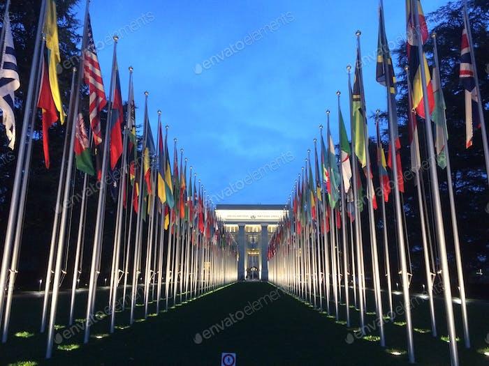 Symmetrisch konvergierende Linie von Flaggen.