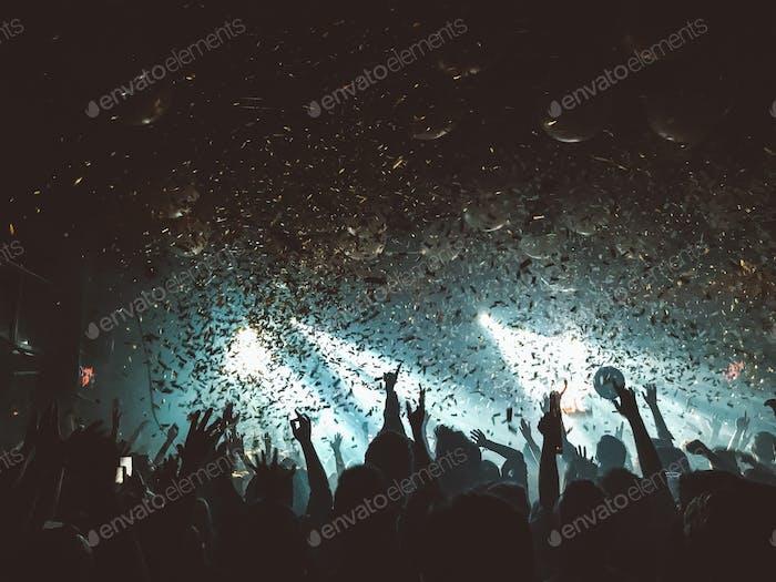Leute feiern. Konfetti Kanonen. Nachtleben. Musik. Konzert.