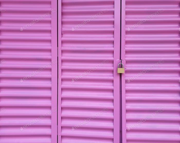 Helles rosa Fenster mit Bronzeschloss