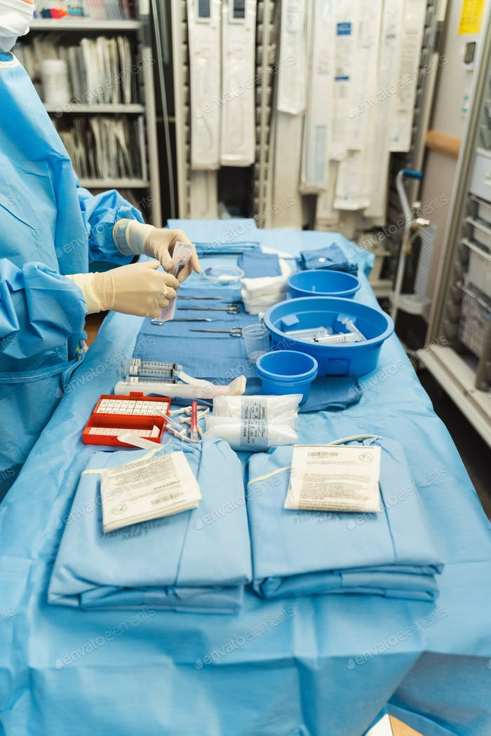 Medizinischer Mitarbeiter mit medizinischem Zubehör