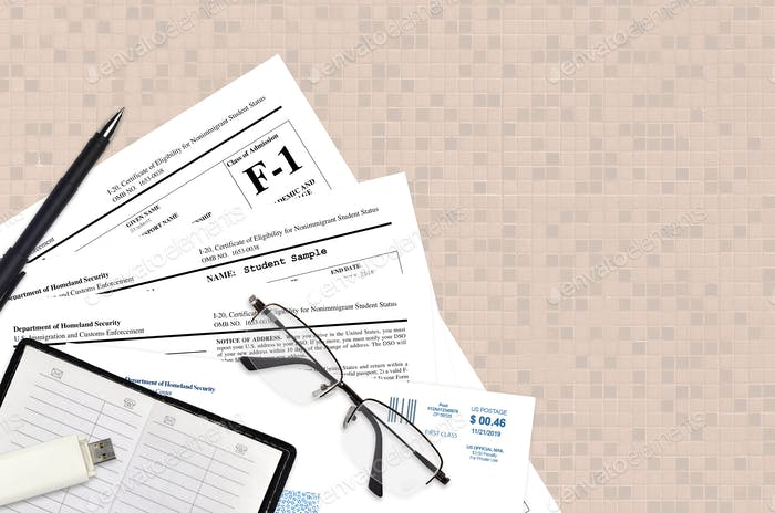 USCIS-Formular I-20 Die Bescheinigung über die Berechtigung des Studentenstatus von Einwanderern liegt auf einem flachen Büro