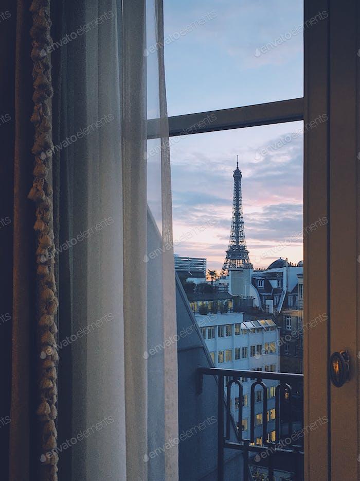 Blick auf den Eiffelturm vom Hotel Four Seasons George V in Paris