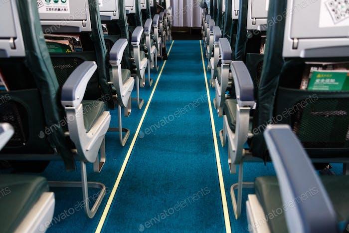 sillones en clase económica a bordo de un avión