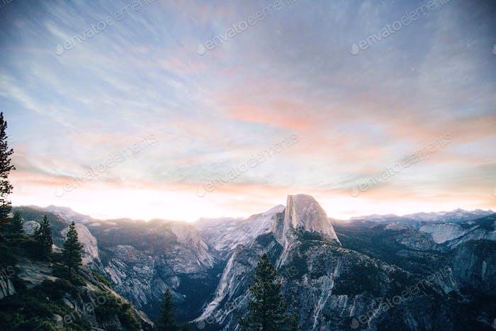 Halbe Kuppel bei Sonnenaufgang.