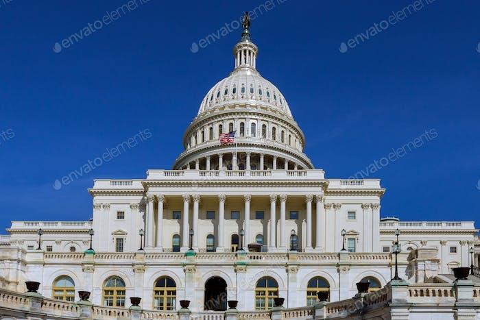 El Capitolio de los Estados Unidos en Washington, D.C. en un día soleado.