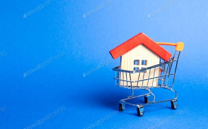 Holzhaus in einem Supermarkt-Handelswagen