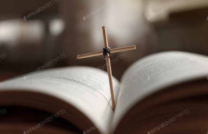 Libro de la Santa Biblia abierto y cruz casera.