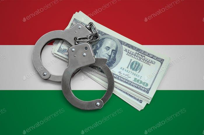Ungarn Flagge mit Handschellen und einem Bündel von Dollar