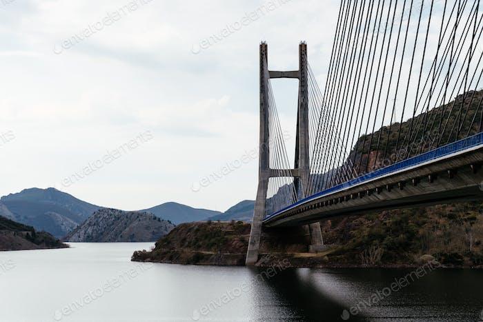 Moderne Hängebrücke über den Stausee Los Barrios de Luna in Kastilien und León, Spanien