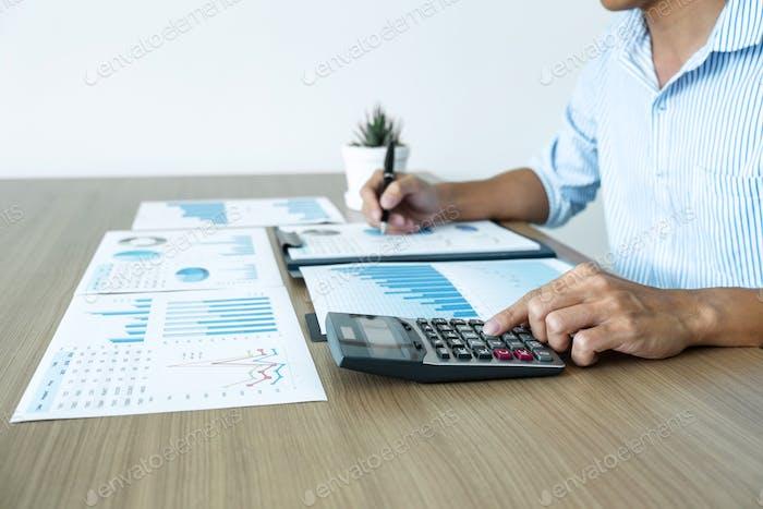 Geschäftsmann Buchhalter machen Arbeitsprüfung und Berechnung der Kosten finanzielle jährlich finanzielle