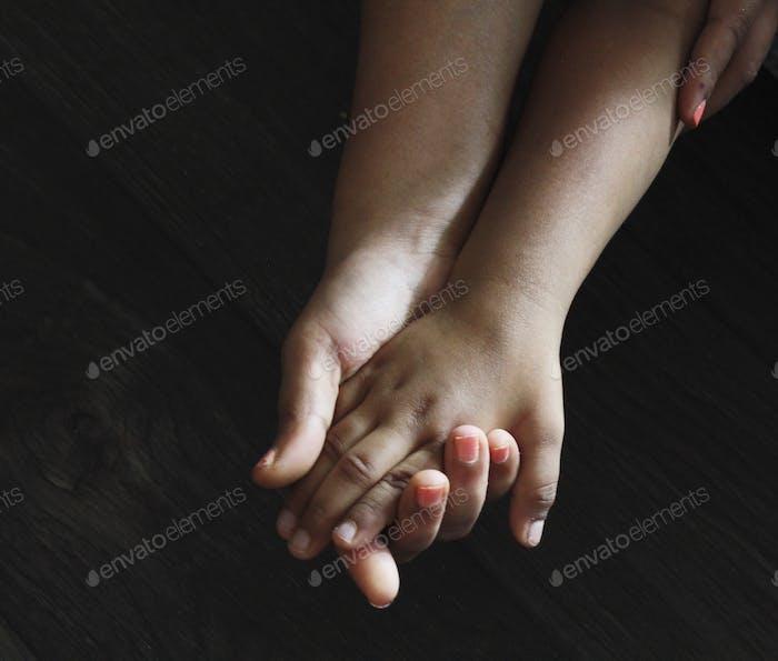 Mama und ihre Babyhände