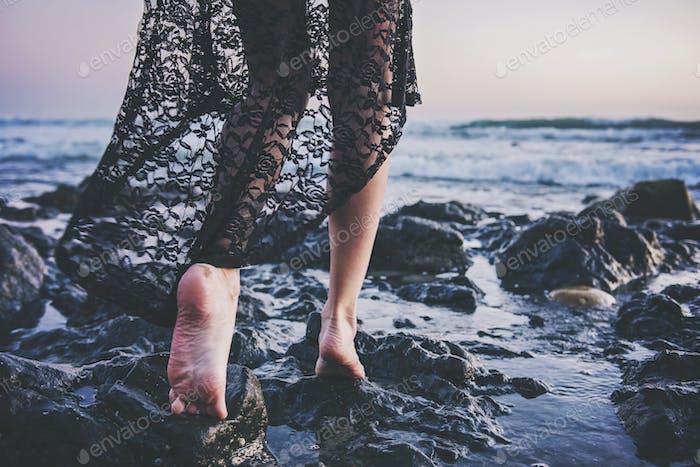 Wenn du müde wirst, das Leben auf den Felsen zu leben, ist der nächste logischste Schritt, deine Dämonen zu ertränken.